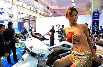 人体彩绘女模特裸身为广州国际摩托车展造势-