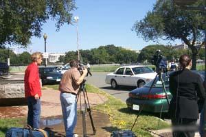 记者将摄像机镜头对准了白宫