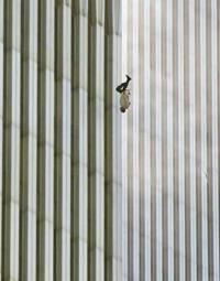 被撞击后,大厦内许多人因无法忍受烈火的煎熬而跳楼,这是一个跳出大楼后头朝下坠落