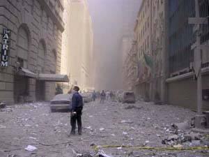 大厦附近的街道上布满了瓦砾