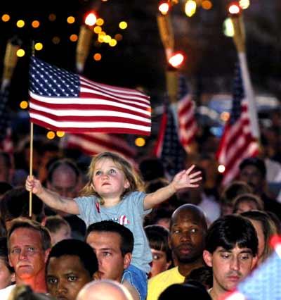 纽约和华盛顿群众自发为9・11遇难者守夜